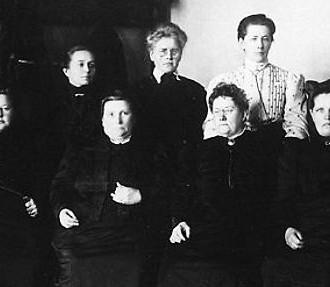 Foto: Helsinki City Museum 13 das 19 mulheres eleitas para o Parlamento em 1907.