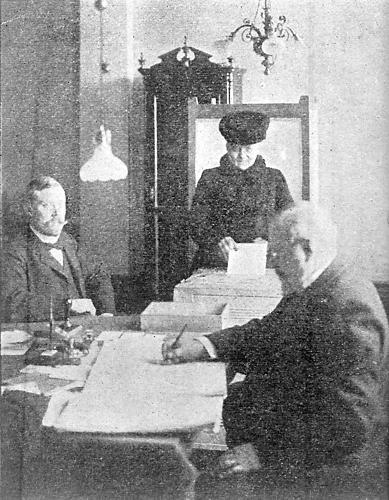 Les élections de 1907 dans un bureau de vote d'Helsinki.