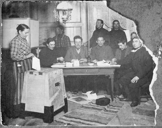 Elections 1907: a rural polling station in Ylihärmä, W Finland.