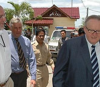 © CMI Martti Ahtisaari en action dans la province d'Aceh en août 2006 accompagné de Kalle Liesinen, aujourd'hui directeur général de Crisis Management Initiative.