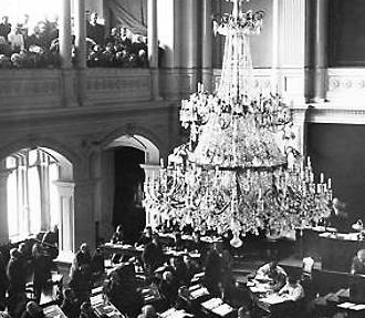 El Parlamento se reúne por primera vez en el salón de actos del Cuerpo de Bomberos, en 1907