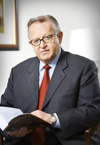 Nacido en 1937 en Viborg, que en aquella época fue parte de la Carelia finlandesa, Martti Ahtisaari es conocido por su papel en la resolución de los conflictos en Kosovo, Aceh y Namibia.