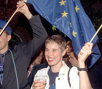 EU supporters celebrate on October 16, 1994 in Helsinki after Finland voted yes to EU membership in a referendum. Photo: Martti Kainulainen/Lehtikuva