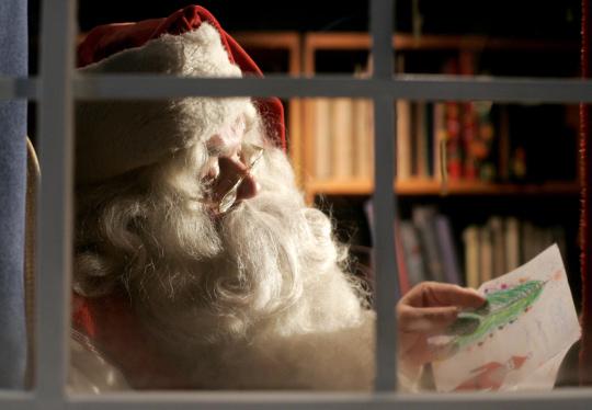Además de las listas de deseos de los niños, Papá Noel recibe un montón de felicitaciones de Navidad.