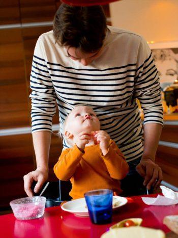 В Финляндии отцы имеют такое же право сидеть дома с малышом и получать пособие по уходу за ним, как и матери.