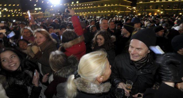 Die Helsinkier versammeln sich am Abend auf dem Senatsplatz, um das neue Jahr zu feiern und Entschlüsse zu fassen, die sie später wieder vergessen oder auch nicht.