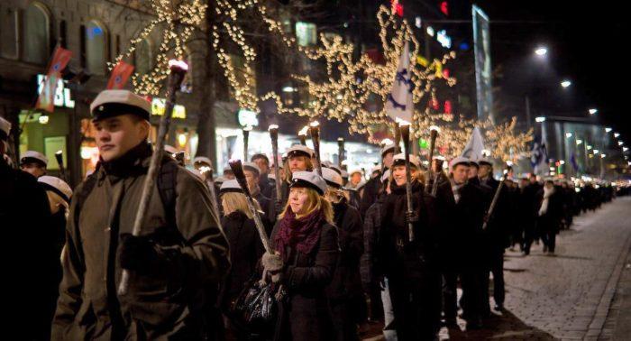 Estudantes de Helsinque usam os tradicionais quepes brancos enquanto carregam tochas. A passeata é iniciada no Cemitério Hietaniemi e vai até a Praça do Senado, onde todos ouvem discursos e música.