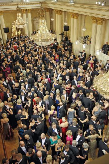 Foto: Oficina del Presidente de Finlandia Un par de miles de invitados charlan, beben, bailan y posan para los medios de comunicación en el Palacio Presidencial, durante la recepción anual del Día de la Independencia.