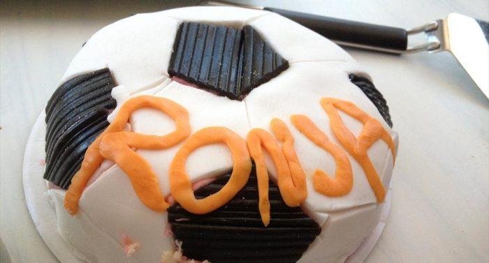 Именины часто отмечают кондитерскими изделиями, например, таким тортом на футбольную тему для Роньи.