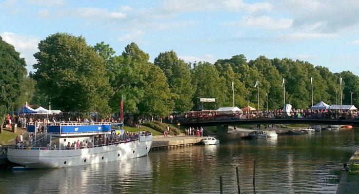 К вечеру на ярмарку в г. Сало на берегу реки Салонйоки стекаются тысячи людей.