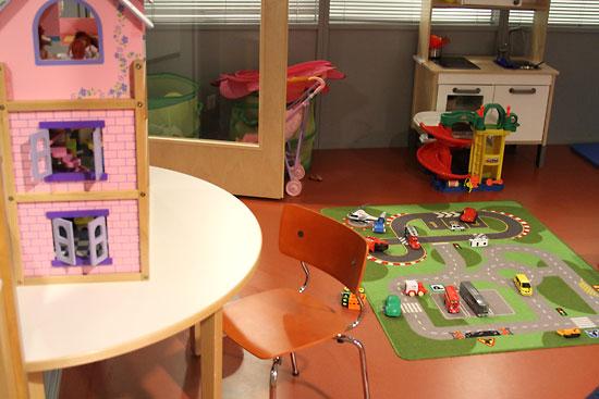 Фото: Jessica Finnilä В игровой комнате дети играют вместе друг с другом. Фото: Jessica Finnilä Находясь в семейном доме, семьи продолжают обычную жизнь.