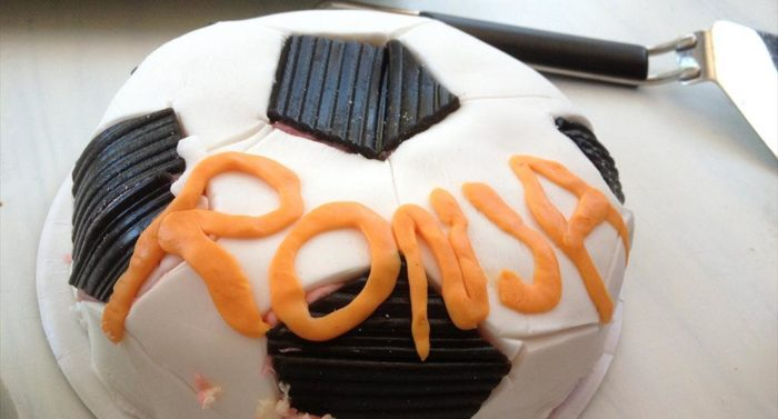 A football-themed cake with the name Ronja on it.