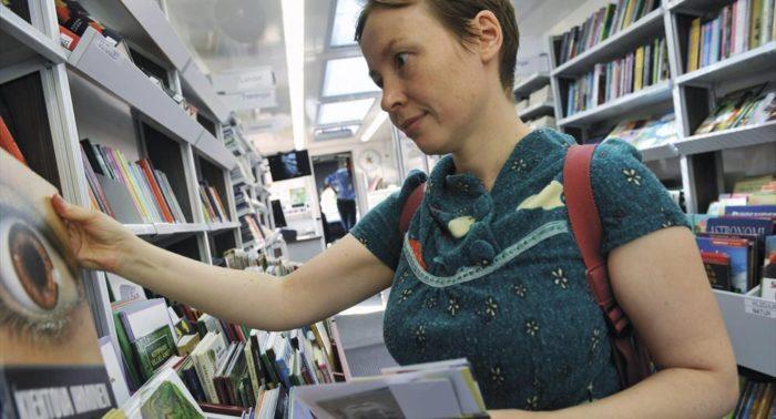 """即使有了互联网的出现,芬兰人还是继续被书本吸引。 """"浏览""""还是可以指在图书馆浏览书籍,而不光是在线浏览。"""