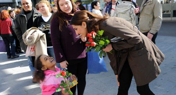 Fora de um shopping de Helsinque, Nasima Razmyar conversa com o público durante a campanha de eleição parlamentar de 2011.