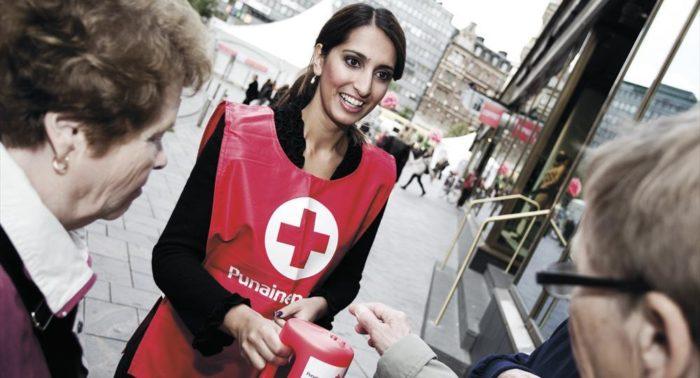 Razmyar colabora recaudando fondos para la Cruz Roja durante un acto de captación de la cam-paña del Día Mundial del Hambre.
