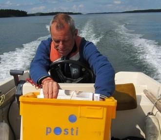 Johan Simberg dépose lettres, journaux et factures dans les boîtes aux lettres des dizaines de familles habitant cette magnifique région que constitue l'archipel du sud-ouest de la Finlande.