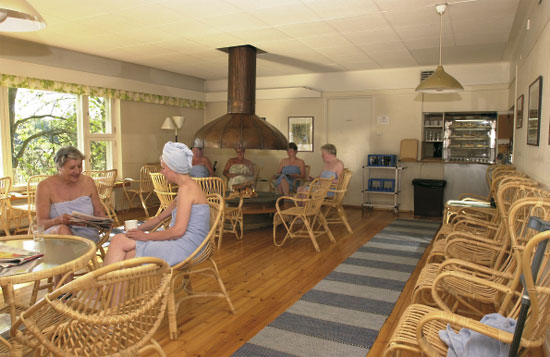 Algumas sócias descansam no café da Sociedade da Sauna.