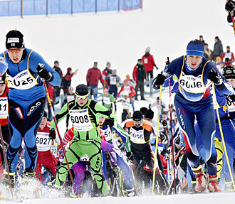 Tendência de esqui Cross-country, esquiar patinando, Finlandia Ski, Lahti, jovens esquiadores urbanos, Helsinque, Finlândia