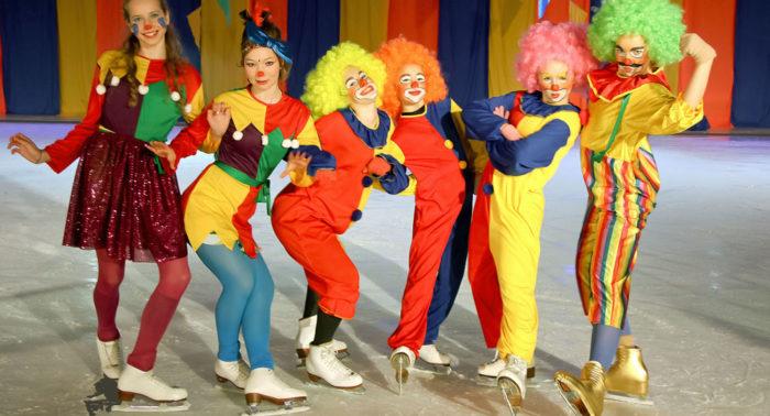 Школы фигурного катания ежегодно устраивают весенние спектакли. На фото – участники шоу г. Сало.