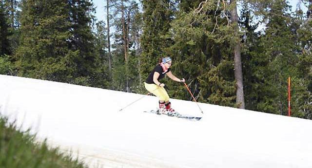 Методы хранения снега Мартикайнена могут продлить лыжный сезон. Обратите внимание на лыжника с короткими рукавами и на траву на переднем плане.|||Фото: Snow Secure