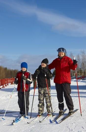 Para todos: o esqui de fundo é um belo motivo para sair e curtir o ar fresco do inverno com a sua família.