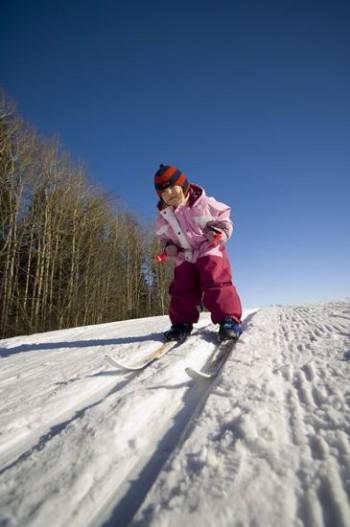 Desde la más tierna infancia: los finlandeses empiezan a esquiar desde muy pequeños y, si todos esos niños pueden aprender, tú también puedes.