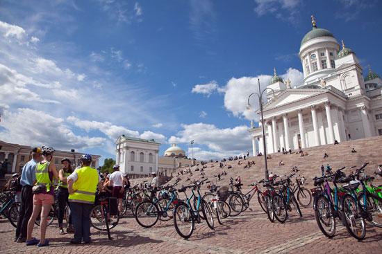 El ciclismo es sano, respetuoso con el medio ambiente y barato.   Foto:Visit Finland, flickr.com,ccby2.0    Un paseo en bici por los bosques del Central Park de Helsinki es como un paseo por el campo.   Foto: Tim Bird      Un descanso para hidratarse: Un paseo multitudinario en bicicleta atrae a numerosos ciclistas a la plaza del Senado de Helsinki.   Foto: Tim Bird