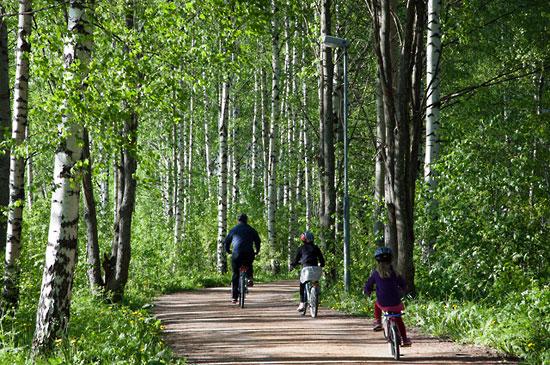 Radfahren ist gesund, es ist umweltfreundlich und es ist billig.    Foto:Visit Finland, flickr.com,ccby2.0    Eine Radtour durch den Wald des Helsinkier Zentralparks ist wie eine Tour übers Land.   Foto: Tim Bird      Trinkpause auf dem Senatsplatz – ein Fahrrad-Event hat zahlreiche Radler in die Innenstadt gebracht.   Foto: Tim Bird