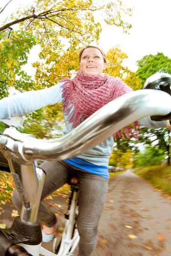 Um meio de transporte saudável, ecológico e barato.    Foto:Visit Finland, flickr.com,ccby2.0    Um passeio de bicicleta através do arborizado Parque Central de Helsinque é como um passeio no interior.   Foto: Tim Bird      Hora de se refrescar: evento de passeio em grupo atrai muitos ciclistas para a Praça do Senado de Helsinque.   Foto: Tim Bird