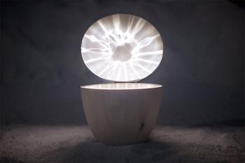 Design Forum Finland ist nicht nur ein Shop, sondern auch eine Ausstellungsgalerie, die Objekte wie Kirsti Taiviolas Aarre-Tischlampe zeigt.
