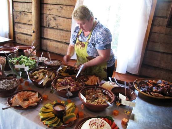O menu de Moose Manor inclui carne de alce de caçadores locais.