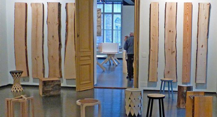 На совместной выставке Музея финской архитектуры и Университета Аалто представлены вариации на тему известной работы Алвара Аалто «Табурет 60».