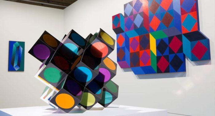 Оптические картины Виктора Вазарели изменяют привычный взгляд на мир и вызывают головокружение у посетителей, заглянувших на экспресс-экскурсию в музей «ЭММА».