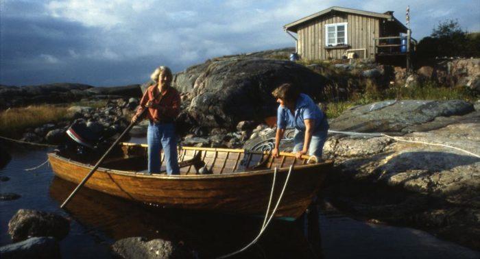 Tove (à esquerda), retratada com seu companheiro Tuulikki, passou a maior parte de cada verão em uma ilha ao sul da Finlândia. O mar e o arquipélago aparecem em muitos dos livros dela.
