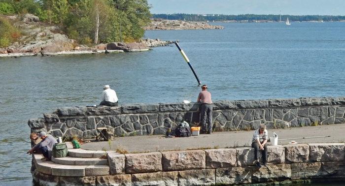 «Пока жены занимаются шоппингом, мы объезжаем все рыболовные места столицы» – рассказывают Станислав и Илья из Санкт-Петербурга. На фото: рыбалка в центре Хельсинки на улице Эренстрёминтие.