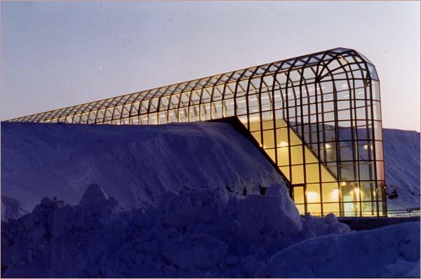 Конструкция здания Арктикума представляет собой стеклянную трубу протяженностью 172 метра, сделанную из множества пластин закаленного стекла.