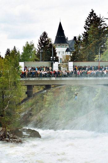 Бурным водопадом Иматранкоски туристы любуются с 18 века.