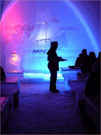 В ресторане находятся ледяные столы и сидения, которые покрыты оленьими шкурами. Освещение состоит из свечей и создает приятный полумрак.