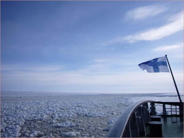 Ледокол Sampo в течение всей зимы устраивает для туристов четырехчасовые прогулки по морю.