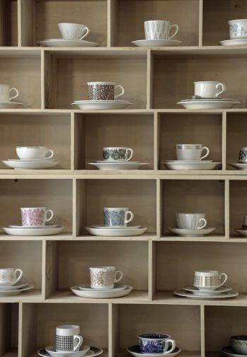 Escoge la taza que más te guste: estas se exhiben en las estanterías de Andante, una cafetería del centro de Helsinki.