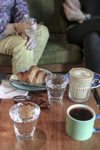 En Finlandia, la cultura cafetera se halla en pleno auge. (Una mesa de la cafetería y tienda de café Johan & Nyström de Helsinki, Finlandia.)