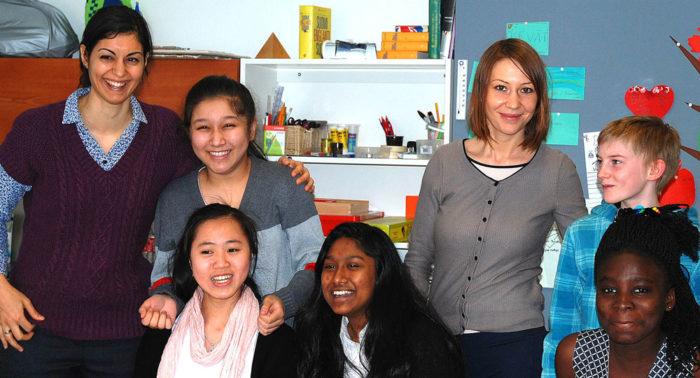 На фото (слева направо): Хода Шаброкх (классный руководитель), Ксахбан Салам из Китая, Ирина Николаева (помощник учителя), Райн Тику из Эстонии, Ли Хоанг из Вьетнама, Найма Новнин из Индии, Джанис Мтиамоа из Ганы.