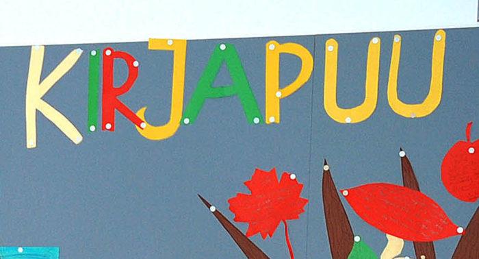 Основное, чему обучаются дети в интеграционном классе, — это финский язык. Kirjapuu значит книжное дерево.
