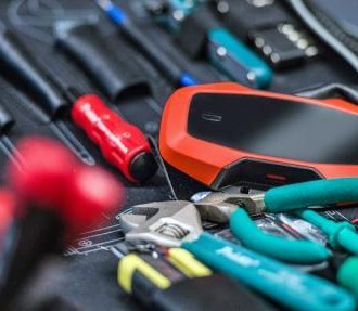 Die Werkzeuge im Web: Das Thingsee-One-Gadget (in der Mitte rechts) ist dazu da, materielle Objekte ins Internet der Dinge zu integrieren.