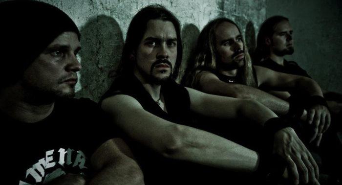 Coincidência ou não, os membros da banda Insomnium realmente parecem estar sofrendo de insônia nesta foto.