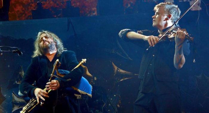 """芬兰重金属组合不惧怕跨界混搭。上图中小提琴手佩卡·古西斯托(Pekka Kuusisto)和爱尔兰风笛手特洛伊·多诺科雷(Troy Donockley)与Nightwish合作了一把。 2012年的一张""""热力分布图""""显示,芬兰是全世界按人均计算重金属组合最多的国家,平均每十万人口有重金属组合53.2个。"""