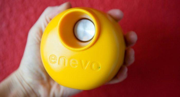 Colocado no interior dos recipientes, este tipo de sensor permite a Enevo monitorar lixeiras para ajudar a criar uma rota de coleta mais eficiente.