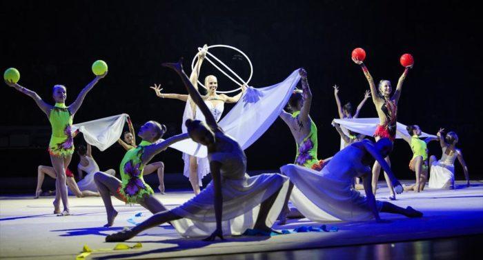 A base d'éléments de danse et de gymnastique, cette démonstration donnée au cours d'un gala de gymnastique finlandais préfigure ce que pourront voir les spectateurs à la grande patinoire polyvalente Helsingin Jäähalli, l'un des sites qui accueillera la Gymnaestrada à Helsinki.