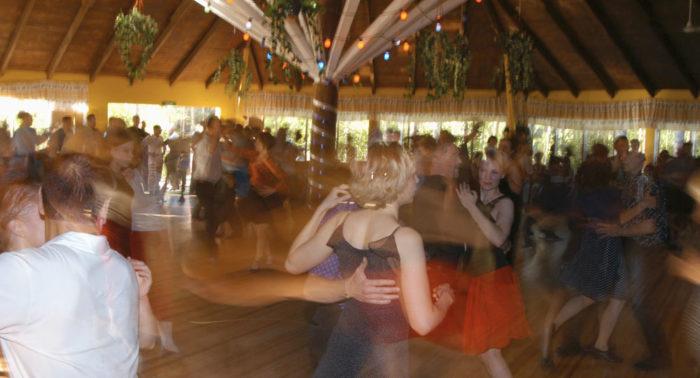 Летние танцевальные площадки, как правило, расположены в красивых местах, часто на берегах живописных озер.