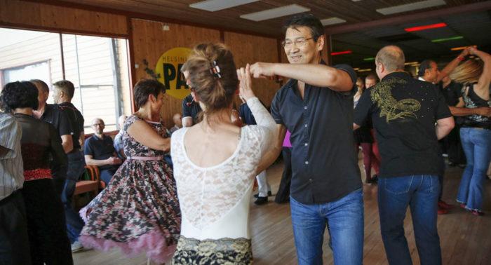 Cамые популярные танцы — это фокстрот, вальсы, танго. Часто танцуют и латиноамериканские танцы.